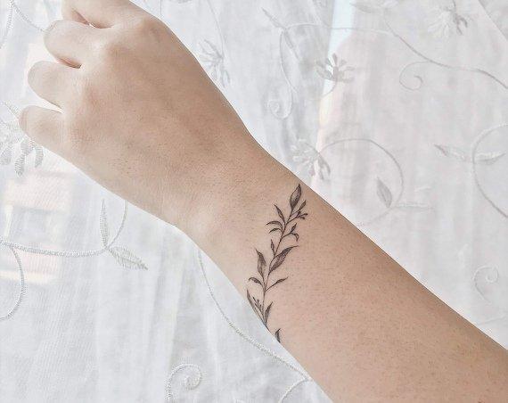 繞手腕小草刺青